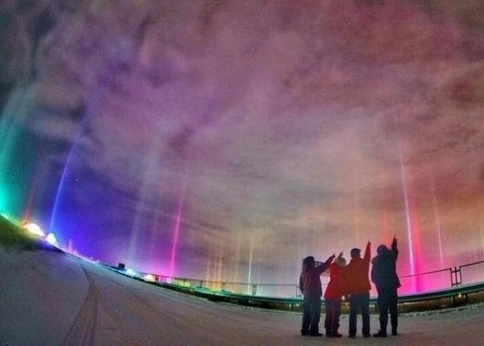 市民纷纷驻足观看罕见的光柱景象。