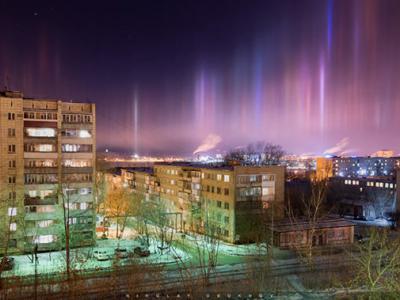 俄罗斯下塔吉尔市上空出现的彩色光柱是空气中冰晶反射路灯造成