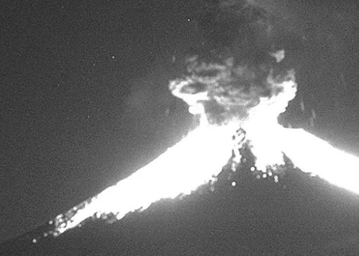 墨西哥中部波波卡特佩特火山周六晚突然爆发 火山灰喷至2公里外
