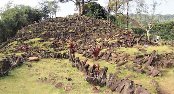 印尼爪哇岛森林深处发现史上最大、可能也是最古老的人造金字塔