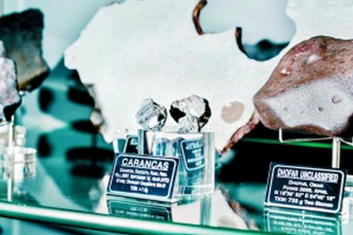 沃德家里专门有一个收藏室,收藏了从全球各地发现的陨石精品。