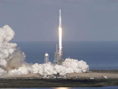 猎鹰9号运载火箭携带美国空军第三代大型定位系统GPS III卫星发射