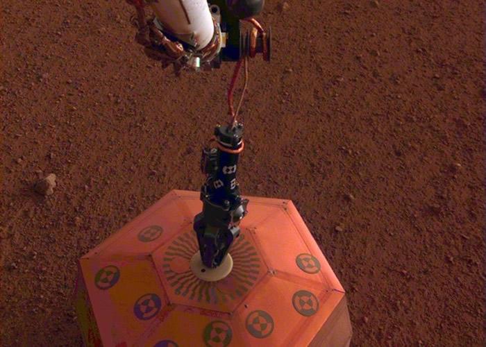 洞察号于火星表面上安装地震仪。