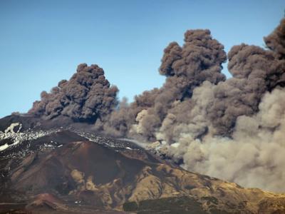 意大利埃特纳火山喷发 造成130次地震