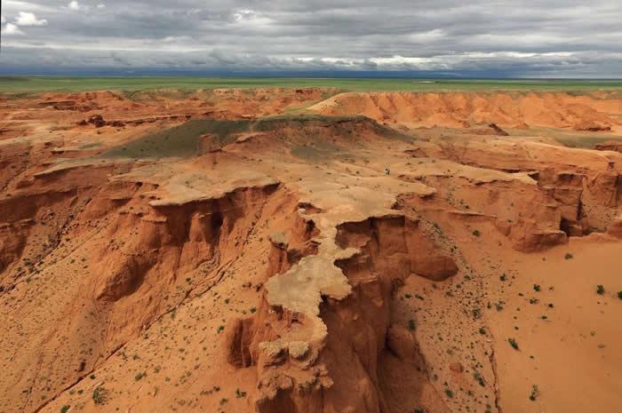 这张空照图就是戈壁沙漠(Gobi Desert)的巴彦札格(Bayanzag),又称烈火危崖(Flaming Cliffs)。 <br> 罗伊. 查普曼. 安德鲁斯(Ro