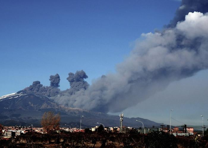 埃特纳火山爆发录130次地震 附近机场关闭