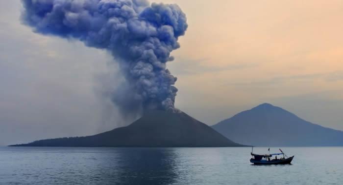 印尼喀拉喀托火山系列喷发后海拔高度降至此前的三分之一