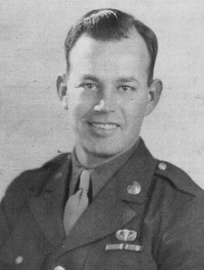 二战美国伞兵降落法国小镇被卡教堂屋顶 装死逃生立下大功