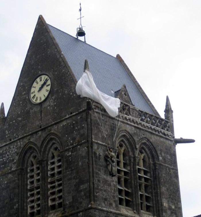 约翰跳伞时不幸被卡在教堂尖顶,只好装死两小时,这段事迹战后被塑为雕像。