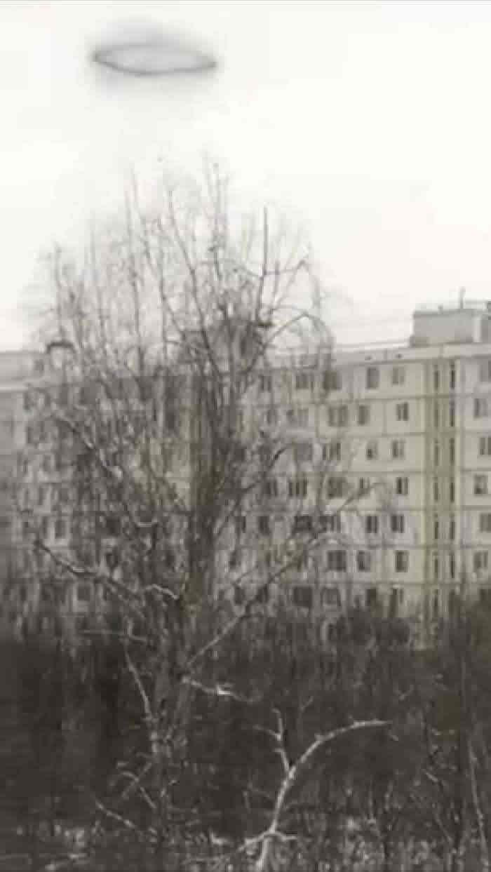 一个疑似UFO的黑色圆环出现在俄罗斯莫斯科上空