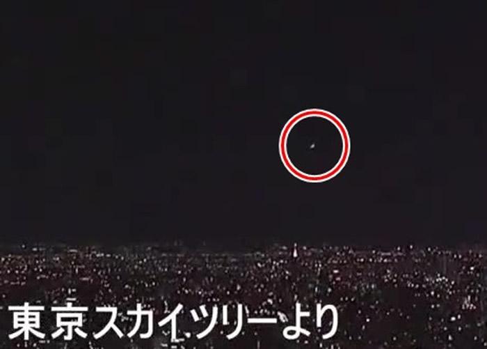 东京晴空塔顶的镜头也拍得火球(红圈)。