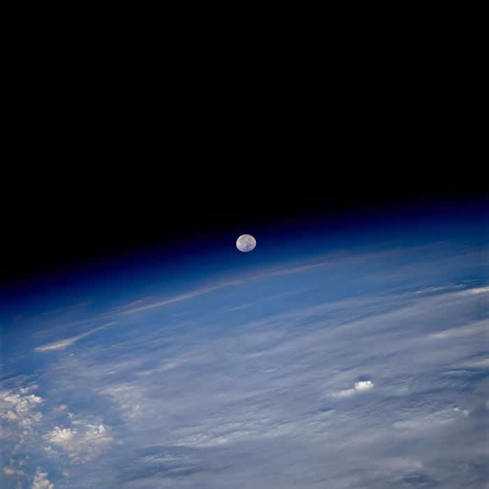 从国际太空站(International Space Station)所拍摄的这张影像中,月亮似乎悬挂在地球大气层与太空的黑暗之间。 PHOTOGRAPHY B