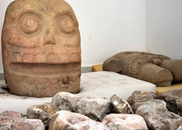 考古人员发现石像。