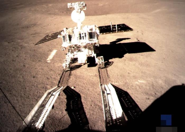"""嫦娥四号着陆器上监视相机拍到""""玉兔二号""""驶上月背表面。"""