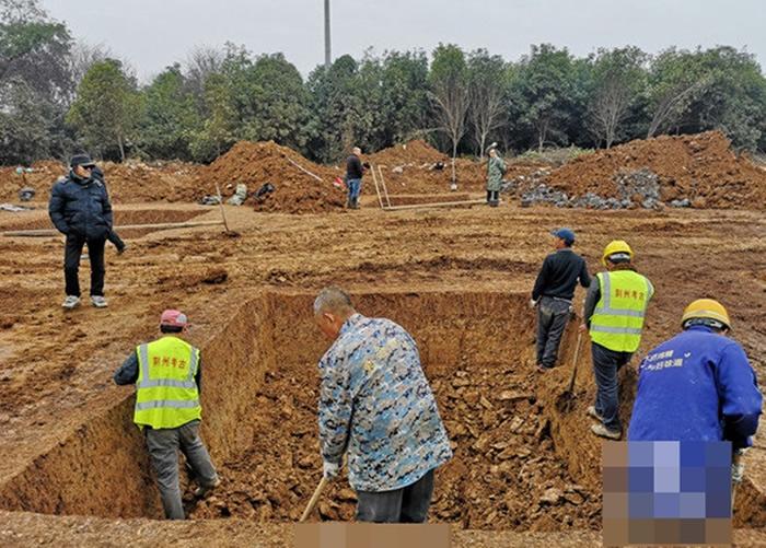 考古队成员在墓葬小心挖掘。