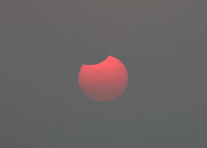 """日偏食出现时,太阳的左上方一小部分被月球""""吃掉""""。"""
