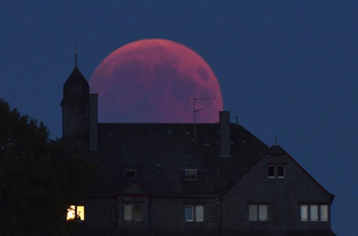 2018年7月27日在德国西部拍摄到的「血月」。