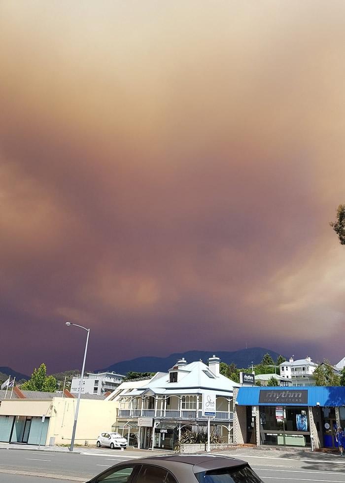 """澳洲塔斯马尼亚霍巴特市山林大火失控 天空染成""""末日红"""""""