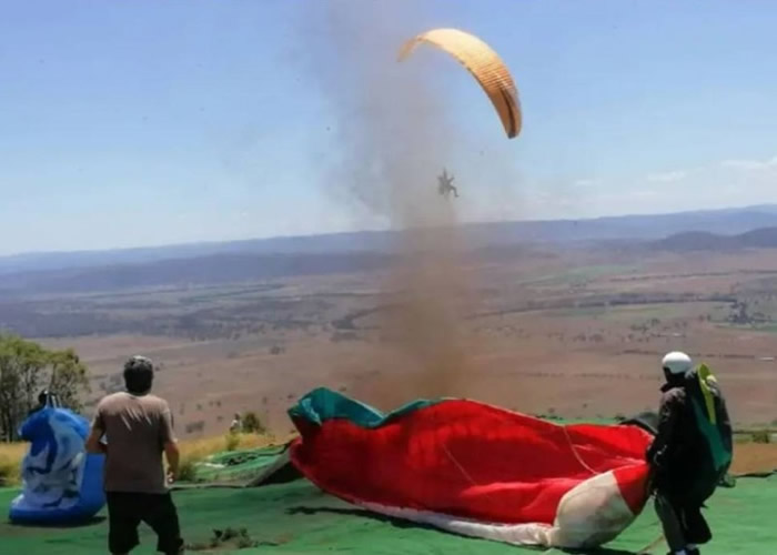 """准备出发遇尘卷风 澳洲滑翔降伞爱好者""""飞沙空中转"""""""