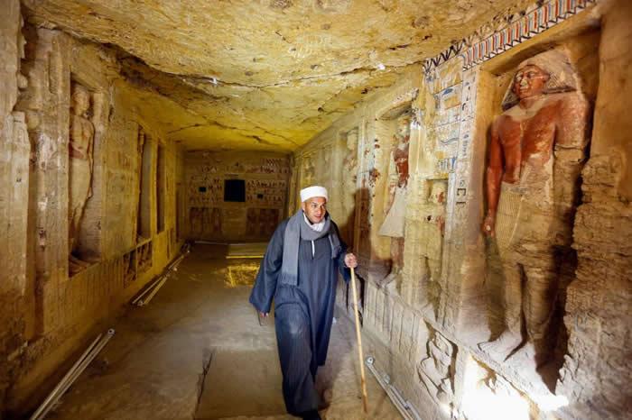 一支由穆斯塔法. 阿布多(Mustafa Abdo)担任领班的埃及团队挖出了这座精心装饰的祭司古墓。 PHOTOGRAPH BY AMR NABIL, AP