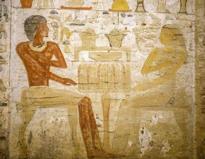 墓中亡者是一位名叫瓦提耶(Wahtye)的祭司,古墓里的浮雕描绘他和妻子坐在一张供品桌前。 COURTESY EGYPTIAN MINISTRY OF ANTI