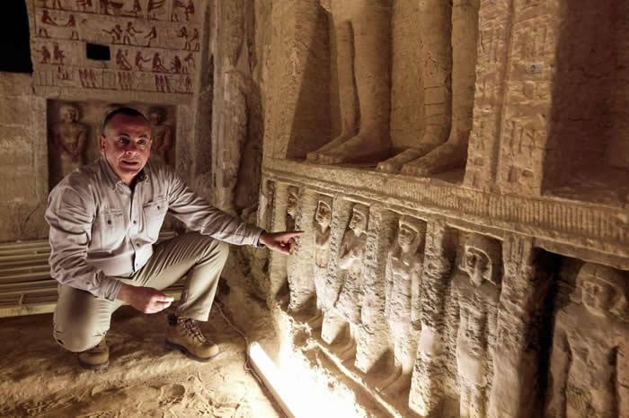 埃及最高文物理事会(Supreme Council of Antiquities)秘书长穆斯塔法. 瓦齐里(Mostafa Waziri)正在展示墙角壁龛中较小