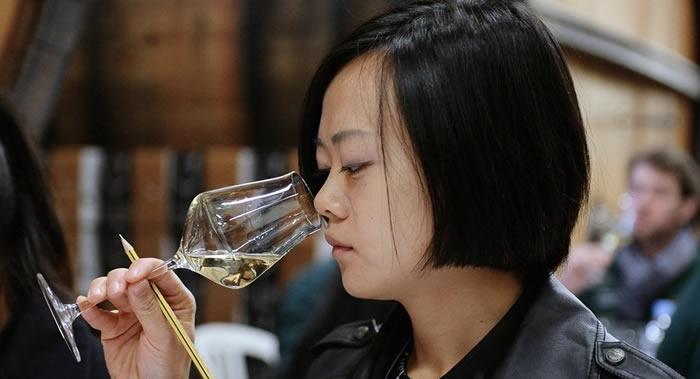 科学家称5个奇怪的习惯有助延长寿命:喝葡萄酒、少洗澡、不用闹钟、养宠物和吃面包
