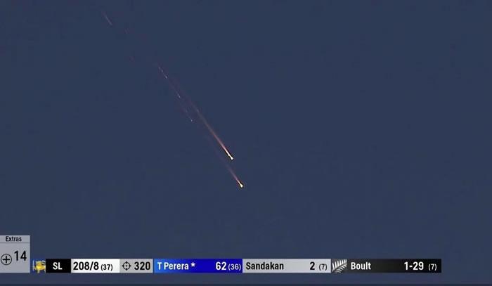 新西兰北部科罗曼德尔半岛上空出现一个火球
