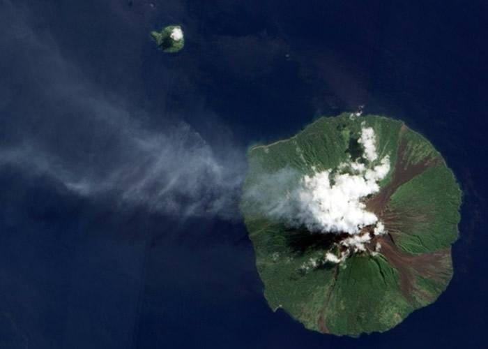 巴布亚新几内亚的马纳姆火山喷发 熔岩从天而降