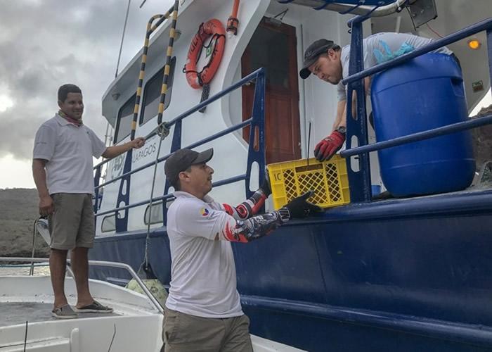 职员以船将陆鬣蜥运往圣地亚哥岛。
