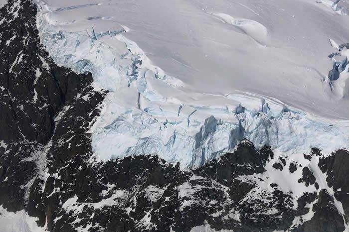 2017年10月NASA的冰桥任务,在南极半岛上拍到这张冰雪与岩石交界面的照片。 数百万年以前在所谓的「雪团地球」阶段,整个地球的情况很可能与这个极地景象类似。