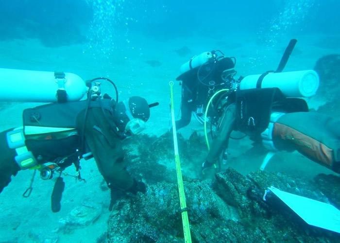 潜水员在水下考古。