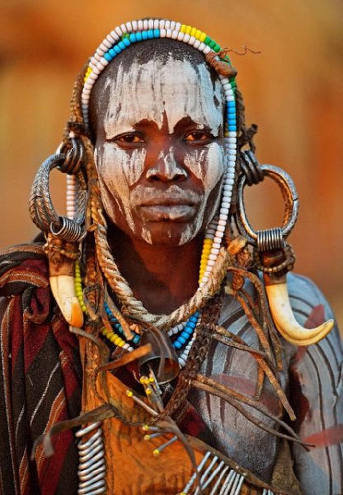 """部落原住民在身上涂抹""""斑马条纹"""" 能有效减少马蝇这类蚊虫的叮咬机会"""