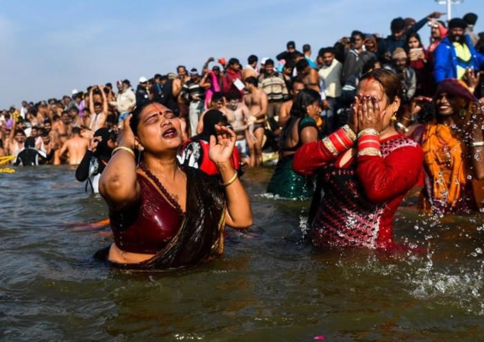 除了男士,亦有女士专程前往圣河沐浴。