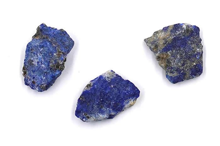 青金岩产于阿富汗,在中世纪时代的欧洲,价值比等重的黄金还高,在当时也是用于绘制泥金手抄本的珍贵颜料。 PHOTOGRAPH BY SHELLY O'REILLY
