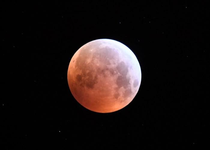"""""""超级血狼月""""让美洲、欧洲及非洲多国民众大饱眼福"""