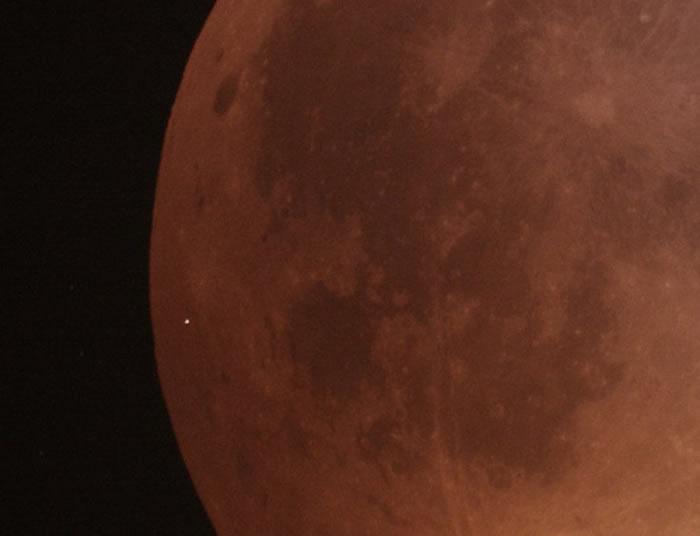 天文学家首次拍摄到月全食期间一块陨石坠落在月球上