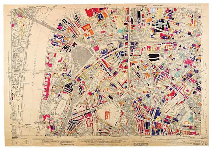 二次世界大战时,伦敦的滑铁卢(Waterloo)与象堡(Elephant and Castle)一带被德军轰炸得很惨,一如这张地图所示。 工作人员在损害报告进来