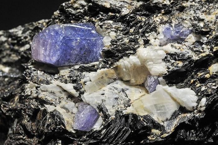 以色列矿业公司在迦密山脉发现结构近似太空陨石的新矿物「迦密石」,图为未经打磨的原石。