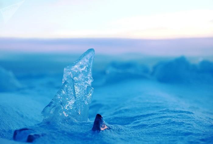 俄罗斯卡雷利阿居民看到罕见的自然现象——奥涅加湖冻住的浪花