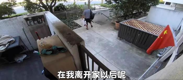 """网红""""毒角SHOW""""发布监控视频 美国华裔老翁拾起五星红旗片段再度在网上爆红"""