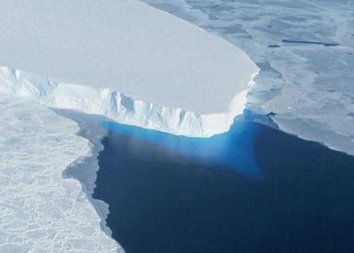 南极洲西海岸的思韦茨冰川水平面出现巨大洞穴 或将加速冰川融化