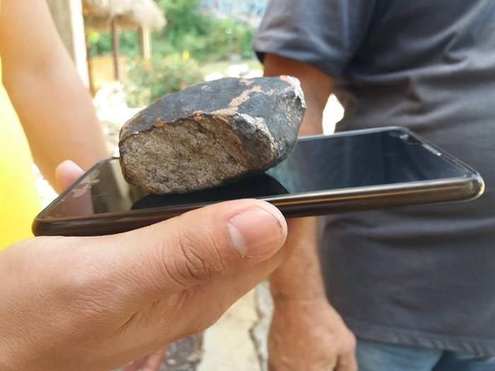 碎片比一部手机还小。
