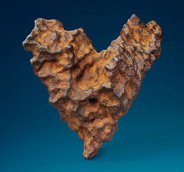英国佳士得拍卖行情人节前夕网拍罕有心形陨石