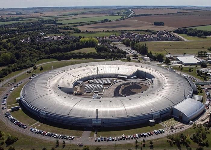研究在英国钻石光源中心的同步加速设施进行。