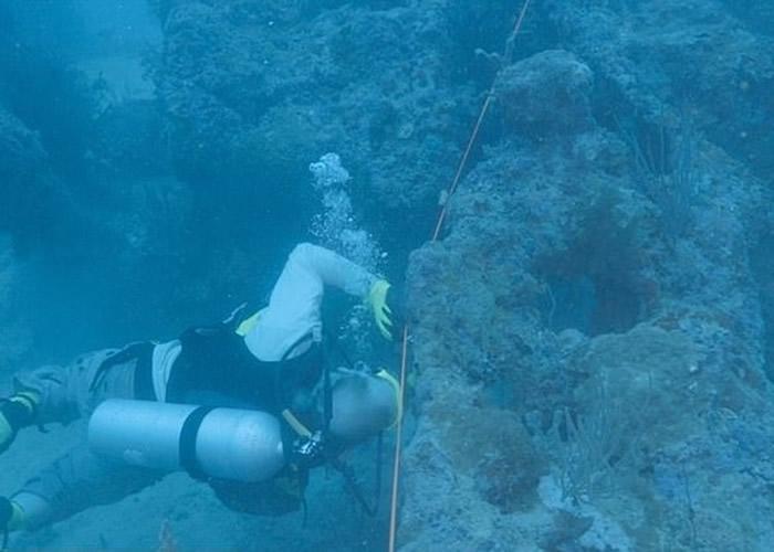 研究团队在海底搜索飞机残骸。