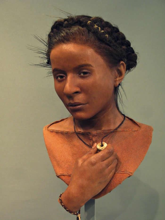 怀特豪克女子(WHITEHAWK WOMAN)。 矮小而纤细的怀特豪克女子生活在距今约5600年前,得年不到25岁,死因可能是难产(她的骨盆附近发现一名胎儿遗骸