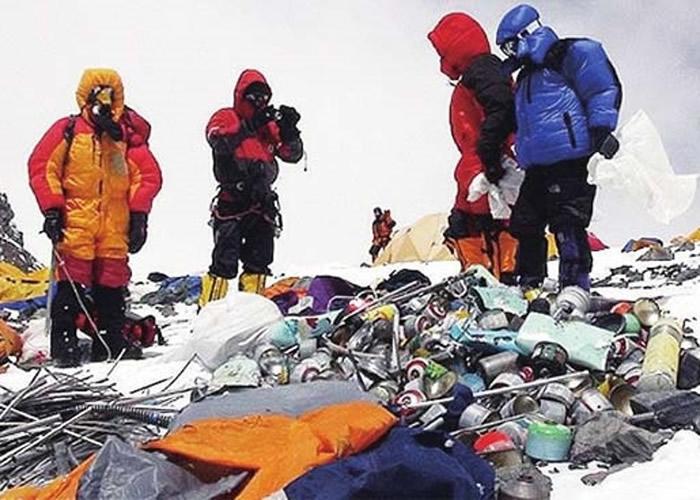 游客在珠峰上留下的垃圾。