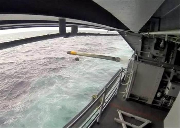 乔治布殊号航母安装反鱼雷系统,但成效不明朗,决定拆除。