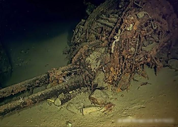 影像可见残骸包括高射炮等。
